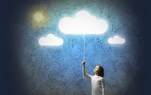 Petite fille allumant un nuage